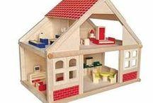 Houten poppenhuis / Een mooi poppenhuis, met meubeltjes en leuke popjes. Dat is het perfecte rollenspel van een kind. Mooie huizen van hout, meubeltjes met zorg gemaakt en leuke buigpoppetjes. Maar niet vergeten ook huishoudelijke apparaten en speelgoed horen erbij. Verkrijgbaar in onze webshop.