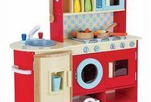 Houten speelgoedkeuken / Een mooie kinderkeuken gemaakt van hout. Maak de lekkerste hapjes klaar in de houten speelgoed keuken. De kinder keukentjes zijn volop verkrijgbaar bij Happy2Play.nl . Van grote keuken tot opklapbare reiskeuken.