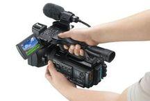 SONY PMW-100 / Menšia XDCAM EX Full HD kamera s 1/3 Exmor CMOS čipom, záznamom v 50Mbps MXF v MPEG HD422 na SxS, MS alebo SD karty a HD/SD-SDI a HDMI výstupom.