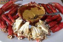Comer en galicia / Percebes, lubrigante, gambas y gambones. Queixo de tetilla, mollete de pan, lacón con grelos, filloas, bica, que queredes comer / by Ana Estuardo