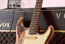 """Our Right Hand REM Shuttle / """"Al elegir una guitarra me fijaba en que estuviera desgastada (... ). Es como entrar en un restaurante. Si está lleno es que se come bien.""""    -Eric Clapton"""