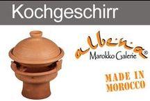 """Marokkanisches Kochgeschirr / Die marokkanische Tajine (gesprochen """"Taschien"""") ist ein Jahrhunderte altes Kochgeschirr. Sowohl der Gartopf, als auch die darin gekochten Gerichte werden in Marokko als Tajine bezeichnet. Traditionell aus Lehmerde gebrannt, sind diese Schmortöpfe ideal zum Niedrigtemperaturgaren."""
