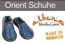 """Orientalische Schuhe / Die marokkanischen Schuhe werden umgangssprachlich als Babouche bezeichnet. Aus dem Französischen übersetzt, bedeutet das """"Slipper"""". Wie der Name schon ausdrückt, sind diese orientalischen Lederschuhe äußerst bequeme Begleiter. Alle Lederpantoffeln werden von Hand, aus echtem Leder gefertigt. Spitze Zipfelschuhe oder abgerundete Pantoffeln mit Stickerei – ziehen stets alle Blicke auf sich."""