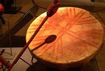 Musica e Instrumentos musicales Mapuche / La música popular se pierde fácilmente con el tiempo .  No así la música religiosa, lo que es tomado como ejemplo de música tradicional mapuche. Sin embargo también existen composiciones de la vida diaria, sucesos de la tierra natal y de personas importantes.  Se disponen de instrumentos de percusión como el cultrún y las cascahuillas. Instrumentos de vientos son la trutruca y la pifilca  Un instrumento original es el trompe, que usa la garganta y boca como caja de resonancia.