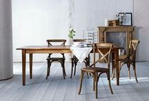 Tische & Stühle / ESSEN, TRINKEN UND GENIESSEN  ... dazu laden unsere Tische und Stühle ein.  Schöne Tische zum Essen oder Arbeiten. Für stundenlange Gespräche in kleinen und großen Runden – beim Frühstück am Morgen oder einem Glas Wein am Abend. Ein schöner Tisch ist ein Stück Zuhause. Und den richtigen Stuhl dazu finden Sie auch bei uns.
