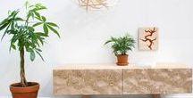 + Jungle Chic + / Jungle Chic : ce style où l'intérieur et l'extérieur ne font plus qu'un. Des matériaux naturels, du blanc éclatant et des plantes par dizaines, voilà la recette du bonheur !