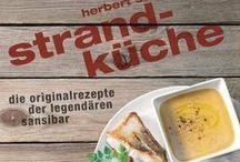 Kochbücher / Auf dem deutschen Markt gibt es über 15.000 verschiedene Kochbücher - und jedes Jahr kommen über 500 dazu. Wir haben die besten und schönsten für den Anfänger, den leidenschaftlichen Hobbykoch und für das Auge und die Sinne zusammengestellt.