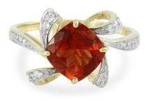 Bijoux aux couleurs rouges / Découvrez notre sélection de bijoux en or et en argent sertis de pierres fines et précieuses véritables aux couleurs rouges.