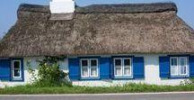 Reetkaten {mari & ola} / Ich liebe es meinen Urlaub an der Ostsee zu verbringen. Ganz besonders mag ich dort die wunderschönen Reet gedeckten Häuser. Hier ist eine Sammlung meiner Lieblingskaten.