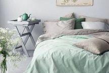 HOME Schlafzimmer / Träumt schön! Hier findet ihr viele schöne Einrichtungsideen für euer Schlafzimmer, bestückt mit vielen kuschligen Textilien, natürlichen Materialien wie Holz, beruhigender Wandgestaltung sowie aktuelllen Interior Trends. Alles   ausgesucht von schere leim papier.