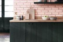 HOME Küche / Die Küche ist einer der wichtigsten Räume in deinem Zuhause: Kaum ein Ort ist so gesellig wie die Küche, hier trifft sich jung & alt. Deswegen habe ich viele Interior Ideen, die dir Inspirationen geben, wie du deine Küche einrichten kannst! Ob Kücheninsel, Küche aus Beton, im Landhaustil, skandinavisch oder ganz modern - sammle neue Ideen von dieser Pinnwand!