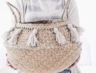 DIY Quasten & Pompoms / Hier findest du viele kreative DIY Ideen zum Basteln mit Quasten & Pompons! Ob bunt oder dezent - hier ist alles möglich: Du kannst damit Einrichtung, Textilien und Kleidung verschönern, tolle Deko für deine Wände selber machen, deinen Sandalen frischen Wind einhauchen, tollen Schmuck daraus basteln und vieles, vieles mehr! Sei kreativ und Do it yourself!