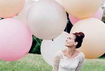 DIY Summer Wedding / Hochzeit im Sommer: die warme Jahreszeit ist die wohl schönste Zeit zum Heiraten. Hier findet ihr viele DIY Inspirationen für eine wunderschöne Party im Freien, mit vielen farbenfrohen Luftballons, Blumen & mehr tollen DIY Deko Ideen!