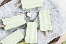 Eis Eis Baby / Sommerzeit ist Eiszeit! Hier findet ihr viele tolle Rezepte, nach denen ihr easy euer Eis selber machen könnt: Ob mit Eismaschine, ohne Eismaschine, mit Superfood, vegan, Eistorte, fruchtig, Sorbet, schokoladig, bunt, mit Glitzer, mit Matcha, mit Alkohol: Lasst euch inspirieren und genießt den Sommer!