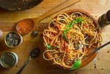 Schnecken / Schnecken sind durch den hohen Anteil an Kalzium, Phosphat und Magnesium eine besonders nahrhafte und gesunde Spezialität der sardischen Natur, deren Aufzucht wenig negative Wirkungen auf die Umwelt aufweist. Aus der traditionellen mediterranen Küche sind Schnecken kaum wegzudenken, und speziell auf Sardinien sind sie eine begehrte Delikatesse. Die sardische Küche kennt eine Vielzahl an Rezepten zur Zubereitung von Schnecken, welche ein ganz besonderes kulinarisches Erlebnis versprechen.