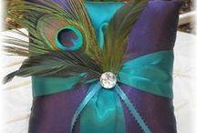 Hochzeit Inspiration: Peacock / Pfau / Der Pfau als Hochzeitsmotto ist besonders stilvoll und bietet einige extravagante Deko-Möglichkeiten und Highlights. Auch symbolisch passt der Pfau hervorragend zum schönsten Tag im Leben - er steht für Liebe, Leidenschaft, Schönheit und Reichtum. Zwar haftet dem Pfau auch etwas Eitelkeit an, aber wer will an seiner Hochzeit nicht ein bisschen eitel sein? Hier unsere Sammlung für eine Farben ganz im Pfau-Stil.