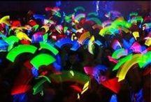 Soirée Fluo / Vous aimez faire la fête ? Vous aimez les couleurs ou tout simplement vous amuser avec des accessoires originaux ? Nos produits fluo lumineux par chimiluminescence vous permettront de personnaliser votre évènement et de le rendre inoubliable pour tous vos invités.