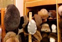 Hadvári hat - fur hat and fake fur models design - Sapka és kalap modellek ,szőrméből és műszőrméből / Hadvári szőrme cég alapítva : 1942 A cég mestere : Hadvári Gábor ezüstkoszorús mester szűcs . Műhely és üzlet : 1072 Budapest, Rákóczi út 6. I. em.21 . Minden termékünk  HADVÁRI modell,100 % kisipari kézműves munka ! Több mint 40 féle szőrme és műszőrme sapka-kalap modell , saját tervezéssel és saját kivitelezéssel készítem . Fő profilom : szőrme és műszőrme aprócikk készítése