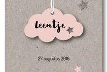 Label geboortekaartjes / Geboortekaartjes met iets extra's zoals een labeltje in de vorm van een wolkje of tag.