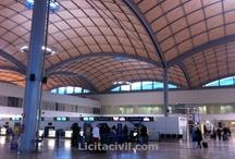 Aeropuerto de Alicante / Nueva Área Terminal del Aeropuerto de Alicante. Fue inaugurada el 23 de Marzo de 2.011, proyectada por Bruce Fairbanks. Son unas nuevas instalaciones ejecutadas por módulos para ahorrar y ejecutar con mayor rapidez las futuras ampliaciones. La obra está en consonancia con el medioambiente (puntos limpios, muros acristalados, etc.) y consta de varios premios.