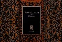 Serge Lutens / Serge Lutens ist Zeitreisender par Excellence. Mit seinen ungewöhnlichen Kreationen ruft er jenseits des kommerziellen Mainstreams alte Mythen wach, ist seiner Zeit zugleich aber weit voraus. Seltene Rohstoffe, genial komponiert, machen seine Düfte zu sinnlichen Kostbarkeiten, die Männer und Frauen gleichermaßen tragen können. Quelle der Inspiration ist für Serge Lutens seit Jahren sein Anwesen in Marrakesch, wo er sich sein persönliches Paradies für die Sinne geschaffen hat.