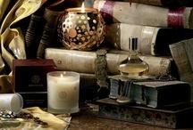 Amouage / Seit der Antike ist das sagenumwobene Land Oman berühmt für einzigartigen Weihrauch und exotische Parfums. Auch heute noch dient es den Parfümeuren des Dufthauses Amouage als Quelle der Inspiration. Königshäuser, Aristokraten und Berühmtheiten aus der ganzen Welt zählen zu den Stammgästen der Luxusmarke. Amouage ist der exklusive Duft des Orients, der nun auch das Abendland begeistert. Die Parfums betören mit eleganten und exotischen Noten wie Sandelholz, Patchouli und Moschus.