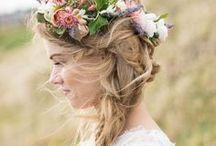 Flower • Körperschmuck / Unter dem Board Körperschmuck findest du tolle Ideen passend zu Blütenschmuck am Körper, ob Kopfkränze, Blüten Armbänder oder Blumenketten hier findest du viele Floristische Ideen.
