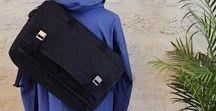 Messengers | Good Manners / Il existe de nombreuses sortes de sacs en bandoulière. Qu'il s'agisse d'une besace, d'une gibecière, d'une sacoche ou encore d'une musette, elles ont toutes en commun le fait de se porter à l'épaule. Le contenu est facile et rapide d'accès, ce qui en fait un accessoire quotidien quasi-idéal.