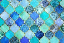 ZELLIGE / Opalizujące mozaiki układane z kawałków ceramiki o metalicznym połysku.