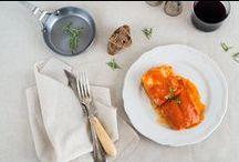 Pescados - Miplato / Te presentamos nuestra variedad de pescados acompañados de deliciosas salsas. Además de tener un sabor exquisito, el pescado es fuente de nutrientes indispensables para nuestro cuerpo. Si no tienes tiempo para elaborar este manjar, nosotros lo llevamos a tu domicilio en 48 horas. Por fin puedes comprar Online platos de pescado sanos y tradicionales. ¿Cuál es el tuyo?