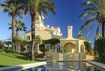 Villa Poniente / Magnífica residencia situada en el corazon del Valle del Golf en la prestigiosa zona de Aloha, Puerto Banús. Una villa con magnificos jardines, piscina, cine de verano, padel...