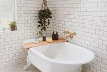 Badezimmer // Bathroom / Ideen fürs Bad: freistehende Badewannen, tolle Fliesen, Waschtische mit zwei Waschbecken und mehr.  How to style your bathroom.