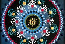 Мандалы / На санскрите МАНДАЛА означает «круг» и «центр». Традиционно ее обозначают кругом – символом космоса в его бесконечности и квадратом – символом земли, или мира, созданного человеком.