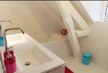 Déco salle de bain enfants / Idées déco pour un salle de bain enfants blanche, égayée par des touches de turquoise et fushia