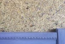 organoFleur Heu-Tapeten / organoFleur ist ein innovativer Wandbelag aus Heu und Blüten, der Natürlichkeit und Authenzität in Ihre Räume bringt. Diese einzigartige  Tapete ist ein nachhaltiges Öko-Produkt, mit einem betörenden Design für alle Sinne. Die Oberfläche ist unbehandelt, daher bleiben die Dufteigenschaften des Heus und der Blüten erhalten und trotzdem ist es 100% antiallergen. Anfassen ist wie eine Kindheitserinnerung auf dem Bauernhof.