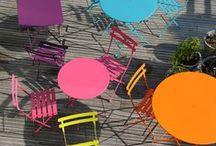 Fermob Gartenmöbel / Die luxemburgische Firma produziert hochwertige, farbenfrohe Bistro- und Gartenmöbel. Fröhlich locken sie die Sonne in den Garten oder auf den Balkon. Zu beziehen über www.farbefreudeleben.de