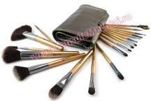 Set 18 Pensule Machiaj Romantic Story Metallic Silver / Scoate-ţi frumuseţea în evidenţă într-un mod inedit şi elegant, cu noul set de pensule Romantic Story Metallic Silver, EDIŢIE LIMITATĂ!