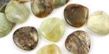 Jadeit/ Jade / Jadeit występuje przy tym w różnym zabarwieniu, np zielonym, błękitnym, brunatnym, pomarańczowym, różowym, purpurowym, czerwonym oraz białym. Jadeit był bardzo cenionym minerałem w starożytnych Chinach.