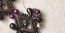 Tutoriale / Darmowe instrukcje jak własnoręcznie wykonać biżuterię. Na naszym blogu znajdziesz tutoriale na różne techniki biżuteryjne, od metaloplastyki, przez sutasz aż po beading i biżuterią składana z kolorowych kamieni i koralików