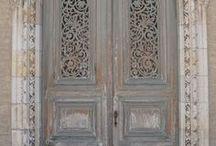 old doors / Oude deuren zijn zo mooi.