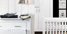 Stijlvol Zwart-wit / De trendy zwart-witstijl geeft je babykamer een stoere en moderne uitstraling. Denk je bij een gezellige babykamer niet meteen aan zwart-wit? Toch kan deze combinatie heel rustgevend en sfeervol zijn! Vind je deze stijl toch wat te hard? Je kan ook kiezen om een zachte toets toe te voegen aan je babykamer. Zo kan je ervoor kiezen om zacht roze, muntgroene of neutraal grijze accessoires toe te voegen aan je baby's kamer. Veel succes met het decoreren van de babykamer!