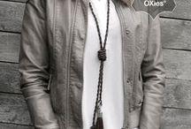 Knoopkettingen / Onze knoopkettingen zijn hét accessoire bij jouw outfit. Gemaakt van ambachtelijk vervaardigd leertouw in de kleuren die ook terugkomen in onze armbandencollectie. Verkrijgbaar met kwast- of veerhanger. Match de knoopketting bij jouw OXies armbanden en je outfit en 'just be yourself'!