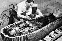 Howard Carter, egiptólogo / Autodidacta, Howard Carter (1874-1922) llegó a la egiptología casi por casualidad, primero como simple dibujante, después como excavador y por fín como descubridor de la tumba de Tutankamón en noviembre de 1922.