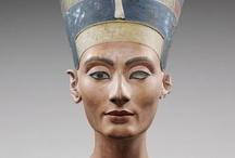 Nefertiti en su centenario / El 6 de diciembre de 2012, se cumplen 100 años del descubrimiento de este bellísimo busto de la reina Nefertit por el egiptólogo alemán Ludwig Borchardt. Una exposición en el Neues Museum de Berlin celebra el aniversario estos días por todo lo alto. He aquí algunas piezas presentes en la exposición