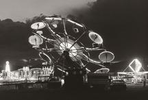 """Robert Adams, fotógrafo / Inspirándose en los pioneros del paisajismo norteamericano, el fotógrafo Robert Adams (Orange, Nueva Jersey, 1937) posee una obra llena de austeridad y fuertes contrastes. Hasta el 20 de mayo el Museo Reina Sofía de Madrid muestra una amplia exposición sobre su obra titulada """"El lugar donde vivimos"""""""