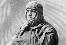 Ernest Shackleton / Ernest Shackleton es una de las figuras más atractivas de la época de la exploración polar, junto a Robert Falcon Scott y Roald Amundsen. Por eso sus aventuras en la Antártida no podían faltar en nuestro álbum fotográfico de viajes.