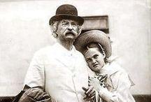 """Mark Twain (1835-1910) / De Samuel Langhorne Clemens, conocido como Mark Twain, nos gustan sus libros de viajes. Especialmente """"Inocentes en el extranjero"""" y """"Pasando fatigas"""". No es que no le hagamos justicia por sus grandes novelas de aventuras, sino que lo hizo realmente bien sacando punta a la realidad."""