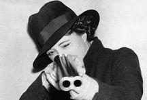 Joan Rosita Forbes (1890-1967) / Cuando aún permanecía cerrado a la curiosidad occidental, esta  viajera y exploradora inglesa llegó  hasta el oasis de Kufra, en Libia, en compañía del explorador egipcio Ahmed  Hassanein. A lo largo de su vida realizó numerosos viajes, fruto de los cuales es una larga bibliografía de casi una veintena de títulos.
