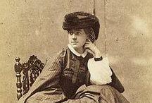 Alexine Tinne (1835-1869) / Una de las exploradoras más osadas que dio el siglo XIX. Joven heredera de una fortuna, la holandesa se embarcó con su madre y una tía, primero por Oriente Medio, después por África en busca de las Fuentes del Nilo y, finalmente, por el Sáhara donde murió asesinada por los tuaregs con tan sólo 33 años.