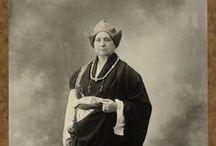 Alexandra David-Néel (1868-1969) / La más grande entre todas las viajeras y exploradoras del XIX. Fue la primera occidental en penetrar en la ciudad prohibida de Lhasa y la introductora en occidente de algunas corrientes budistas. Fue también anarquista, feminista, cantante de ópera, interprete de piano, traductora, fotógrafa.... Dejo más de treinta obras sus viajes y ensayos.